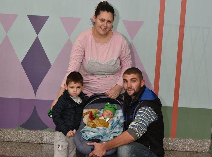 Mama Dragana, mali Marko, beba Vasilije i tata Borivoje Novaković Foto: privatna arhiva