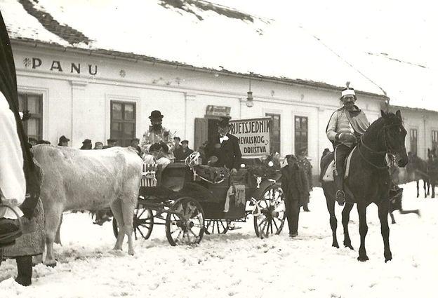 """Detalj sa pokladnog karnevala. U pozadini je deo gostione """"K Frankopanu"""" Foto: privatna arhiva"""