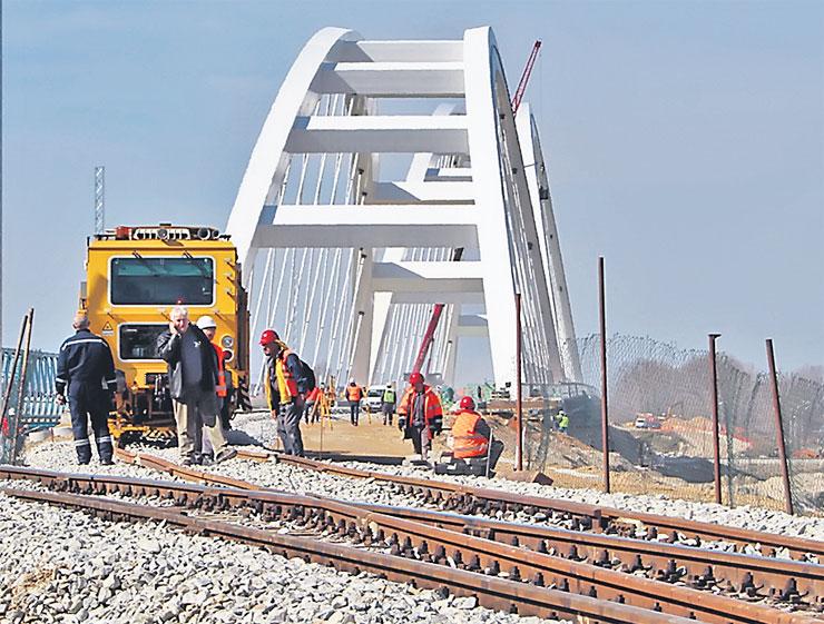 """I na gradilištu novog """"Žeželjevog"""" mosta užurbano se radi Foto: Dnevnik.rs"""
