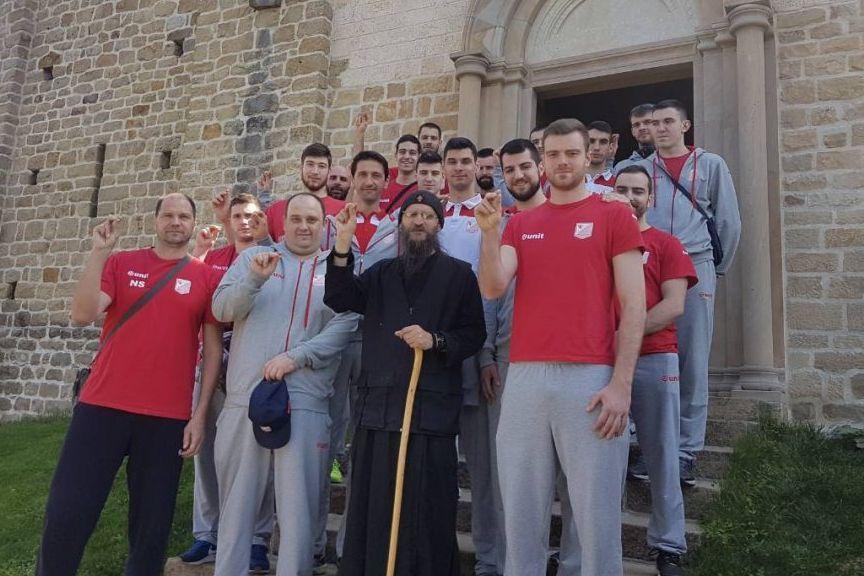 Odbojkasi Vojvodine NS seme sa Ocem Gerasimom u manastiru Djuredjevi Stupovi