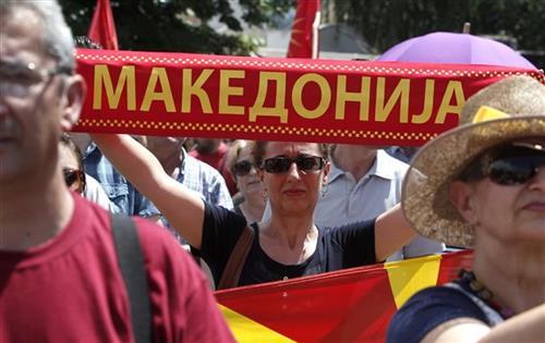 Protest ispred makedonskog parlamenta Foto: AP Photo/Boris Grdanoski