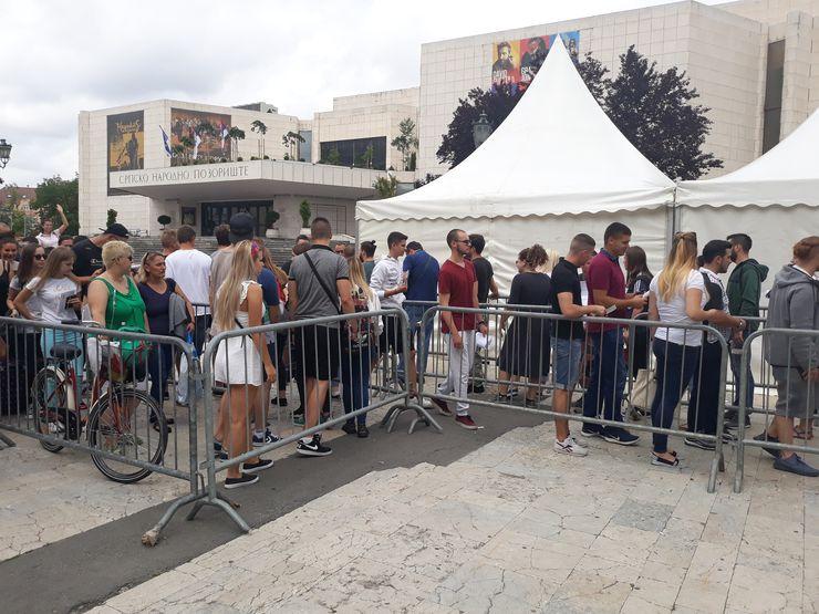 Zamena vaučera za festivalske narukvice u centru ispred SNP-a Foto:Dnevnik.rs/ I. Mikloši