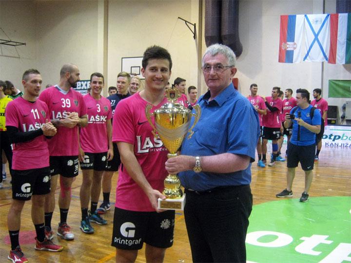 M. Mitrović/Uručenje pehara – Slobodan Višekruna i kapiten pobedničke ekipe
