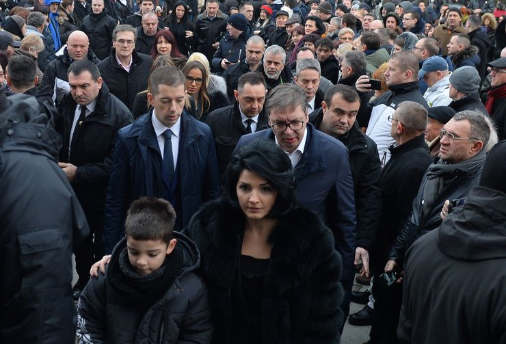 Ispred Hrama se okupio veliki broj građana koji žele da zapale sveću Foto Tanjug/ Tanja Valic