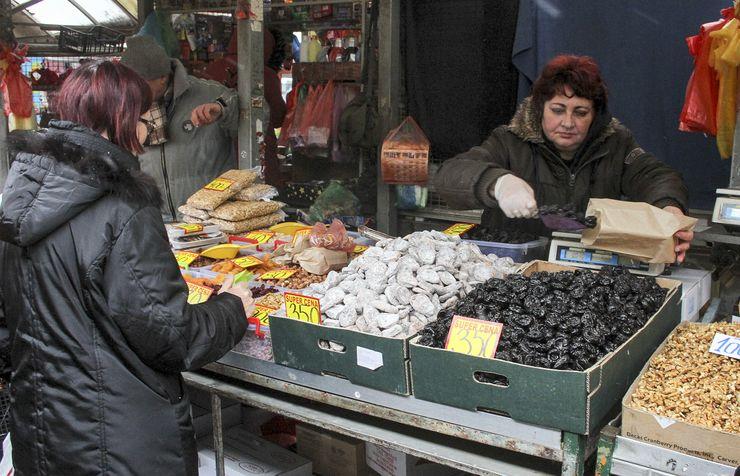Na Futoškoj pijaci kilogram suvih šljiva sa košticama košta oko 260 dinara Foto: R. Hadžić