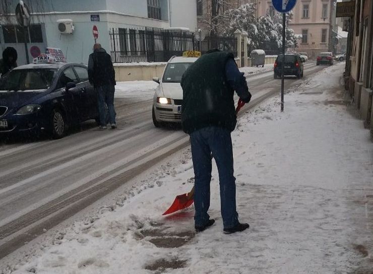 Građani čiste trotoare Foto:Dnevnik.rs