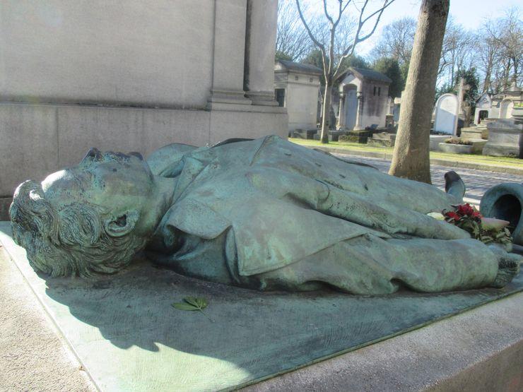 Spomenik Viktora Noara uglačan na nezgodnom mestu foto: N. Pisarev