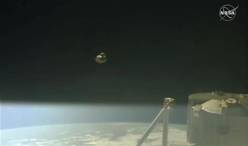 """Kapsula """"Spejs eks"""" odvojila se od Međunarodne svemirske stanice i započela svoj povratak na zemlju  NASA TV via AP"""
