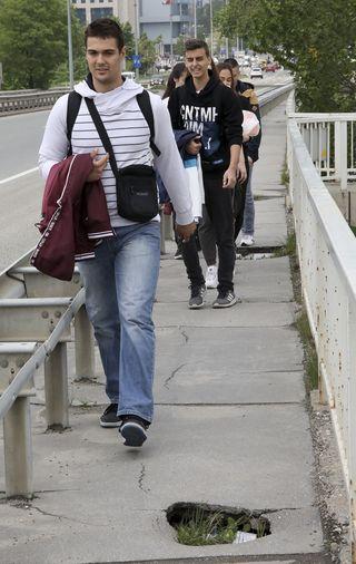 Rupe na pešačkim stazama na Mostu slobode Foto: R. Hadžić