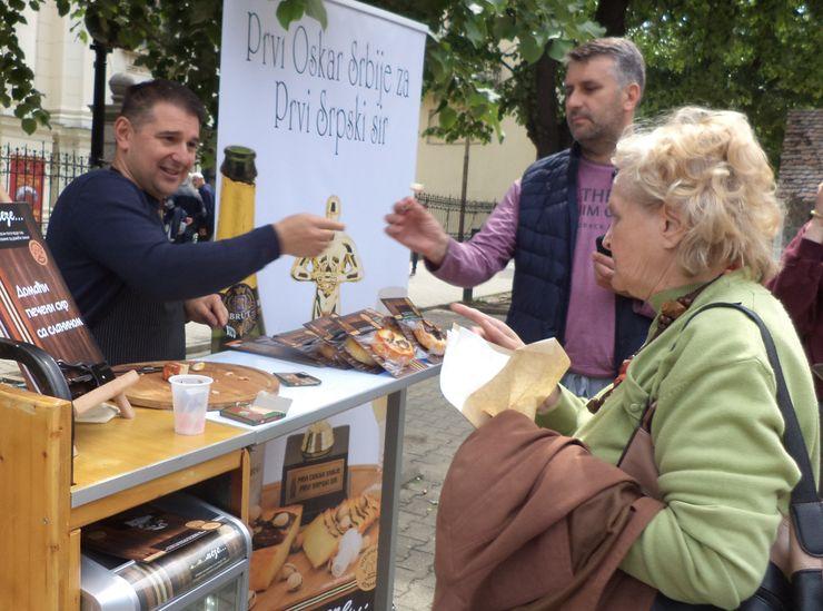 Na centralnom trgu vinari su dobili priliku da ponude pića i onima koji to nisu, paletu svojih proizvoda Foto: Z. Milosavljević