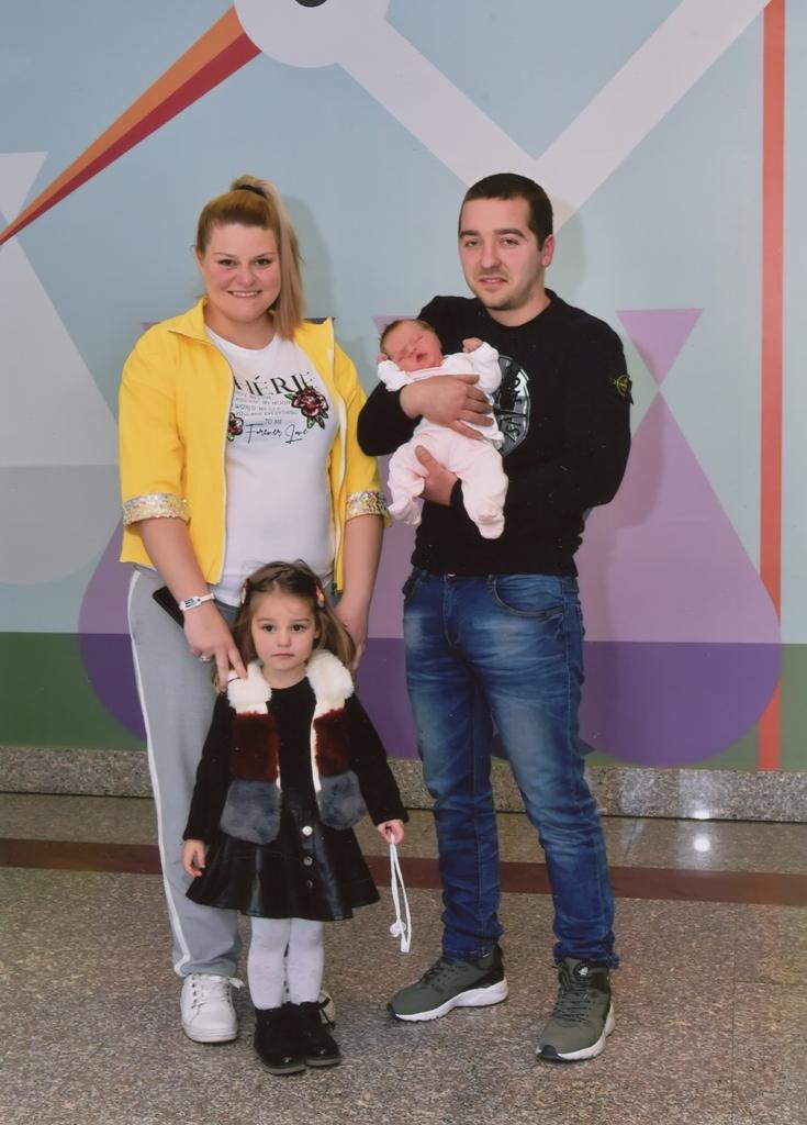 Мама Татјана, тата Небојша, сестра Уна и беба Тара Ћулибрк