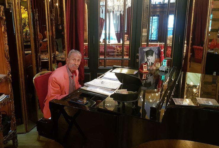 U 92. godini svira svako popodne: Ilham Gencer za klavirom u salonu hotela Foto: privatna arhiva