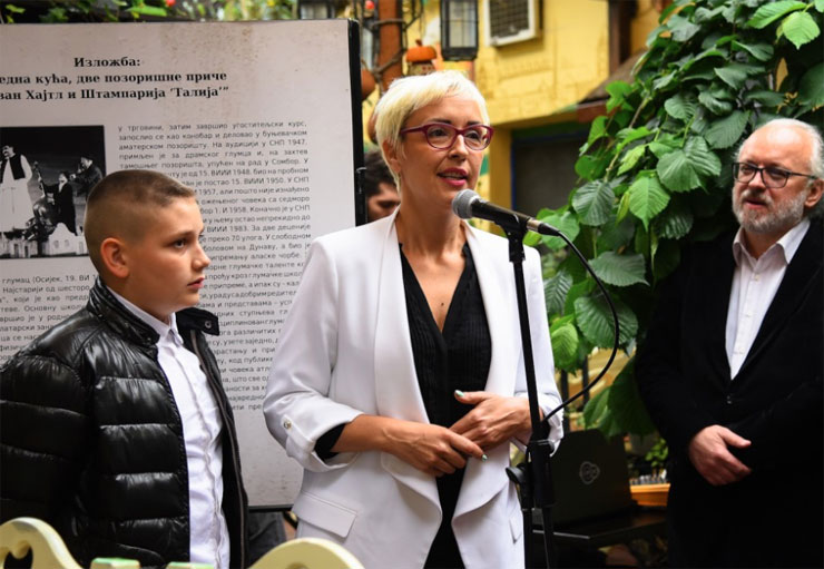 U ime porodice Hajtl, prisutnima se obratila najmlađa unuka Jovana Važić Foto: PS za kulturu, javno informisanje