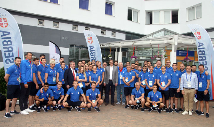 Predsednik Vučić sa sportistima u Minsku/OKS