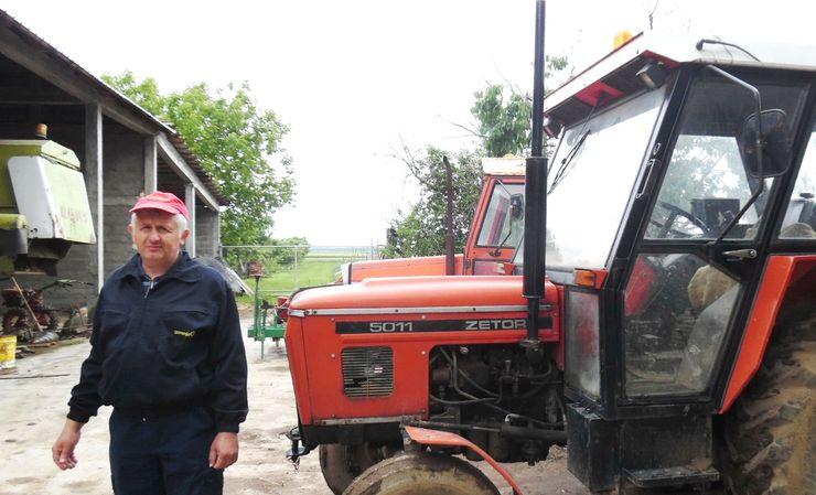 Sa svojom mehanizacijom radi zemlju i drugima Foto: M. Mitrović