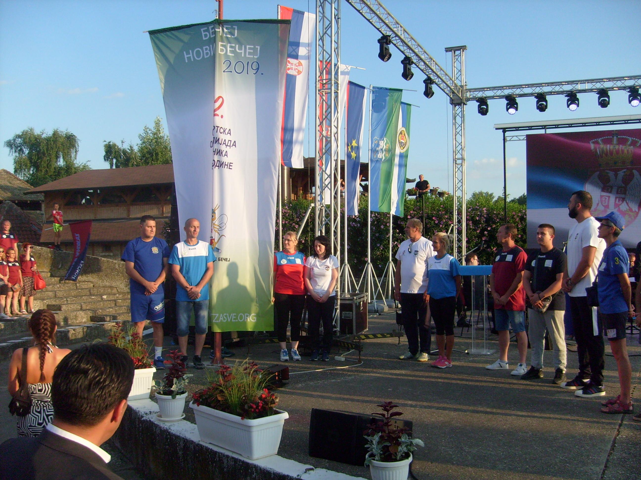 Nosioci kraj podignute olimpijske zastave