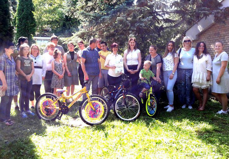 """Kompanija """"Fanatik bajk""""poklonila šest bicikala i tri paketa za urgentno hraniteljstvo foto: B. Pavković"""