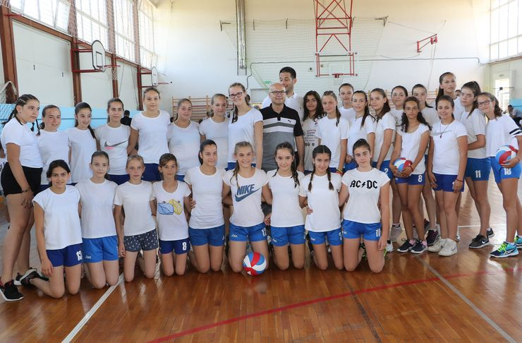 """Vanja Udovičić  i Miloš Vučević sa košarkašicama KK """"Star"""" iz Veternika Foto: Tanjug/J.Pap"""