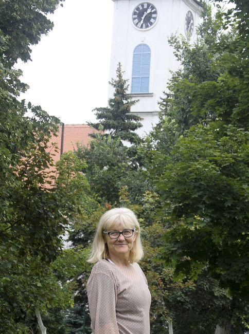 Ispred Evangelističke crkve u Kisaču, gde je njen pradeda Jan Mičatek služio kao sveštenik pre više od 100 godina Foto: R. Hadžić