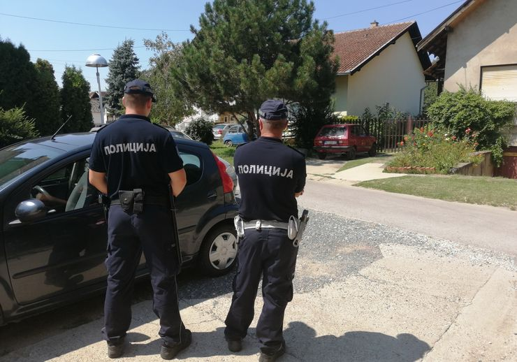Patrola policija juče posle podne dežurala u Ulici Stevana Doronjskog foto: M. Mitrović