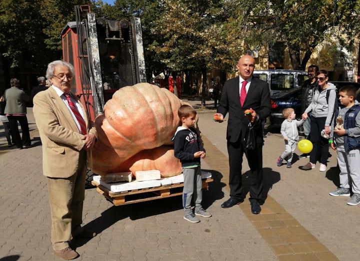 Pero Zubac presreo najtežu bundevu od 639 kilograma/M. Mitrović