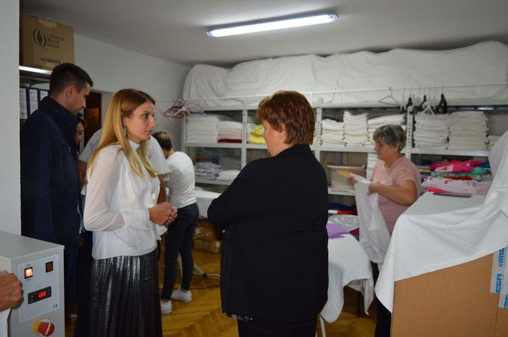 Gradonačelnica Sombora Dušanka Golubović uručila je ovih dana tri nova vozila predstavnicima Crvenog krsta Sombor Foto: Dnevnik.rs