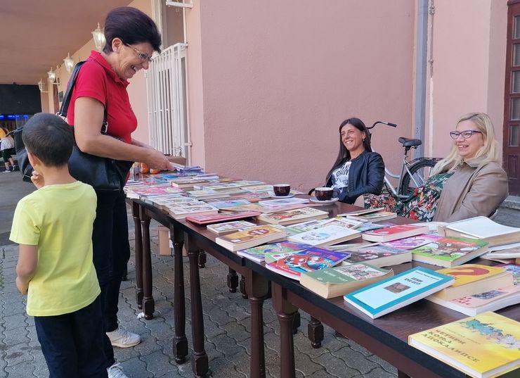 """Berza knjiga u dvorištu Kulturnog centra """"Mladost"""" u Futogu Foto: D. Andulajević"""