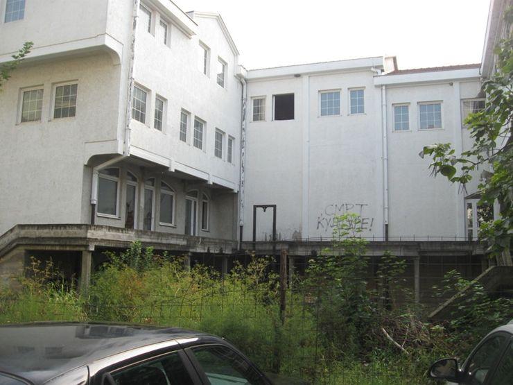 Polupani prozori na zgradi pozorišta Foto: Dnevnik.rs