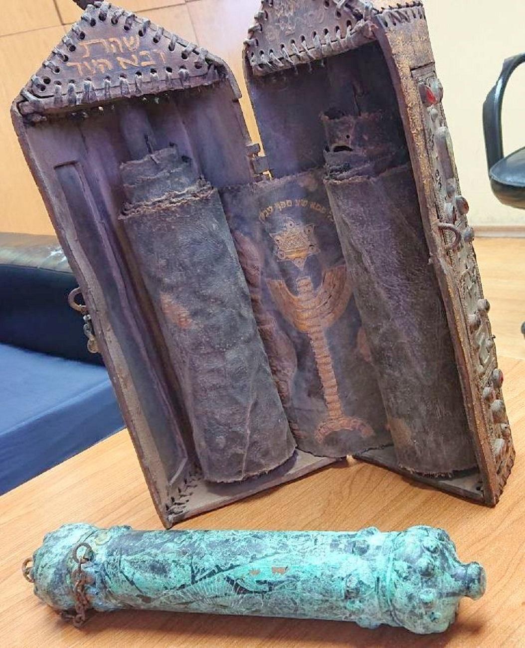 Bakarna futrola i kožna kutija sa svitcima