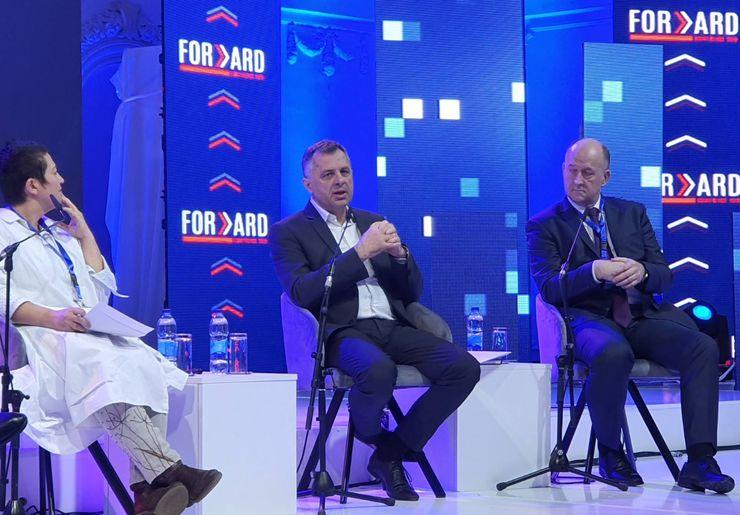"""Zdravko Jelušić na panelu """"Pametna rešenja i lokalna uprava"""" u okviru konferencije """"Forward"""" Foto: novisad.rs"""