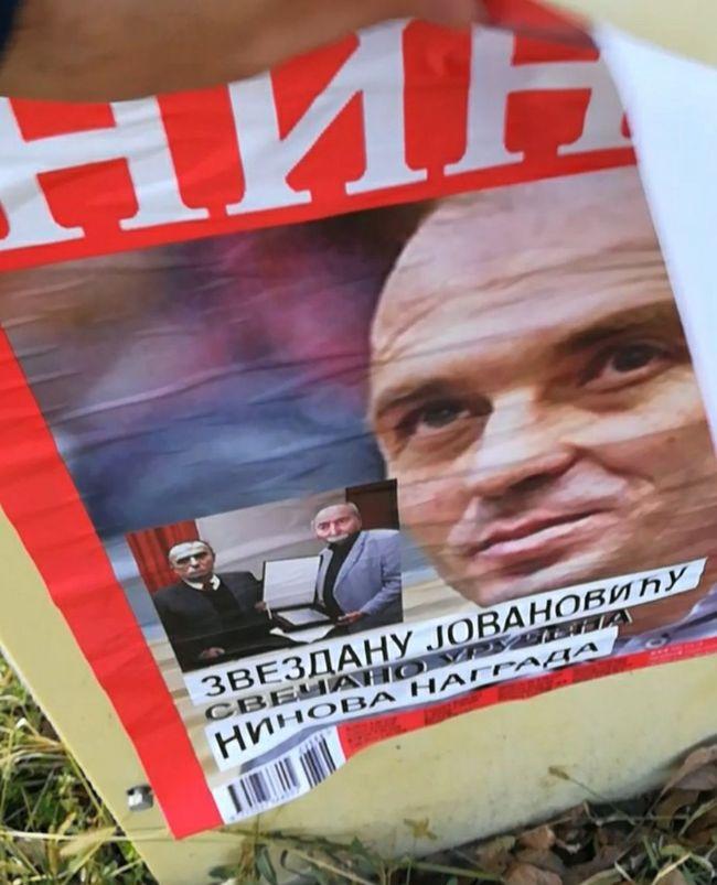 Plakat nalik na naslovnu stranicu nedeljnika NIN Foto:  PR služba DS Novi Sad