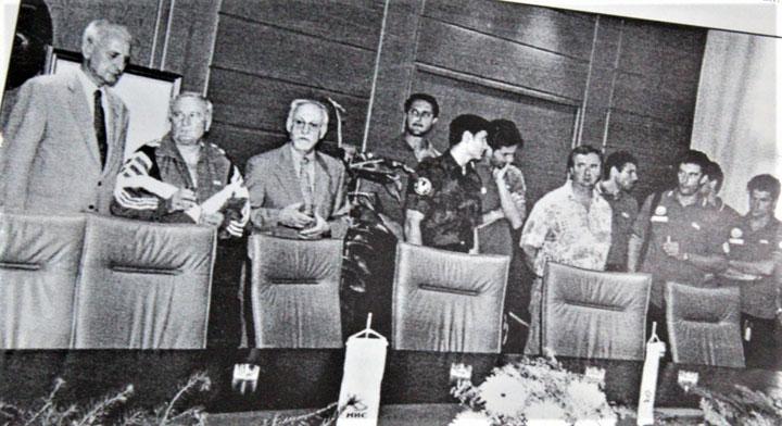 Архива ПВК Бечеј/Саиграчи у клупској опреми, а Предраг Зимоњић на пријему у војничкој униформи