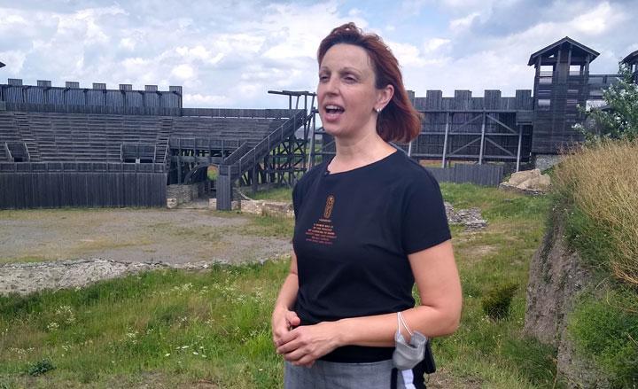 Марина Јабланов-Стојановић/Љиљана Јовић испред реконструкције античког театра