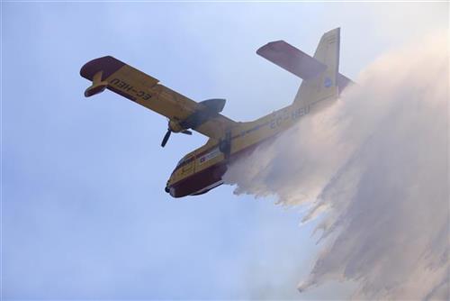 Gašenje požara avionom kanader Foto: AP