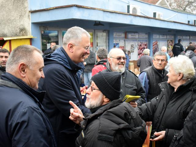 Šutanovac sa građanima Kostolca foto: Tanjug