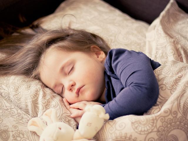 dete u krevetu pixabay