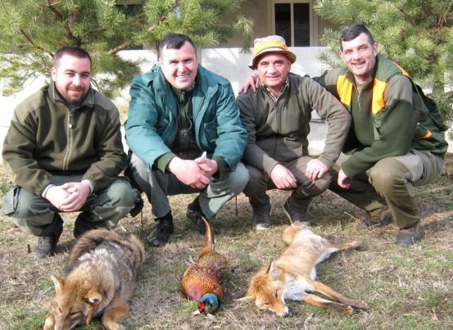 Nagrađeni učesnici hajke Mlađen Biga, Miodrag Jojić, Božidar Tomić i upravnik lovišta Dušan Vranković foto: M. Mitrović