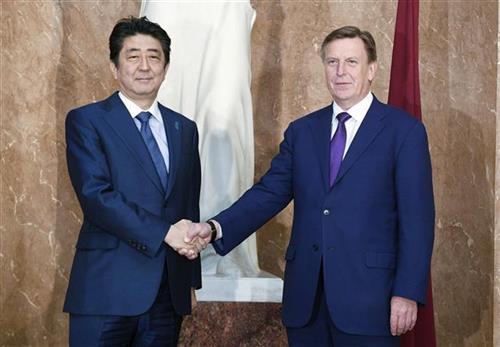 Šinzo Abe i letonski premijer Maris Kučinskis  Foto: AP