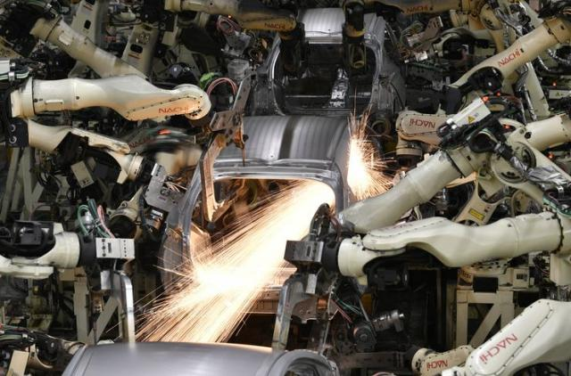 Industrijski roboti Foto: EPA-EFE/FRANCK ROBICHON