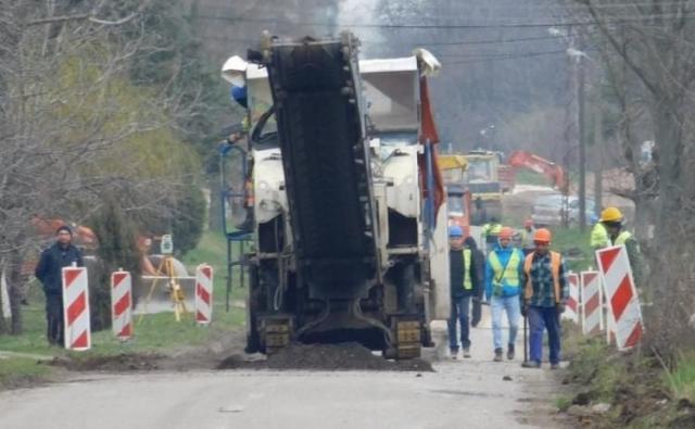 "Asfaltiranje u Vladimirovcu su platile ""Vetroelektrane Balkana"" Foto:Dnevnik.rs"