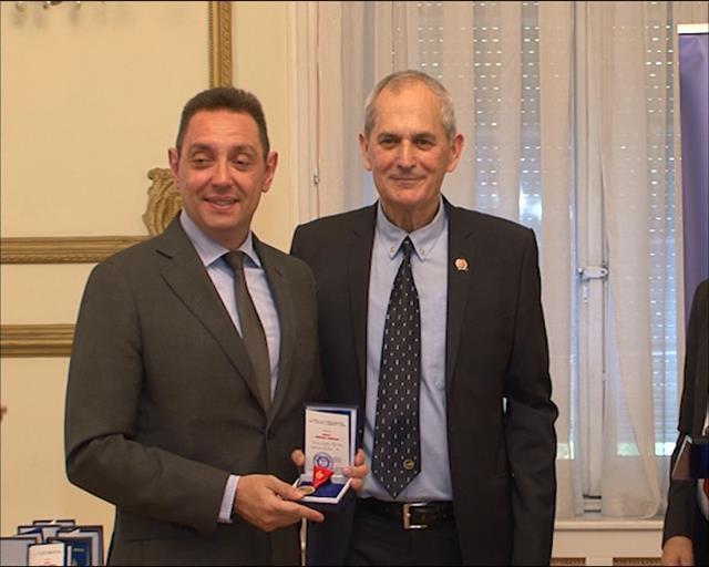 Ministru odbrane Aleksandru Vulinu uručena Medalja srpskih generala Foto: Tanjug