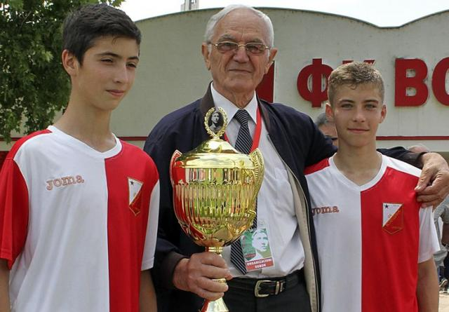 Živan Krstonošić uručio  pobednički trofej pionirima Foto: Dnevnik.rs /F. Bakić