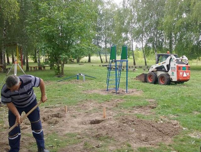 Sombroski komunalci nastavili gradnju dečjih igrališta  Foto: Dnevnik.rs