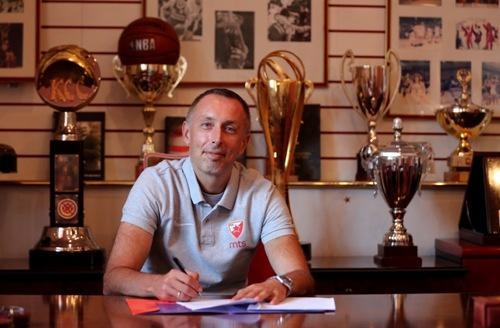 Milan Tomic potpisuje
