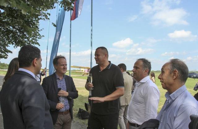 """Predsednik """" Color Press grupe """" Robert Čoban sa gostima na aerodromu Čenej Foto: Dnevnik.rs"""