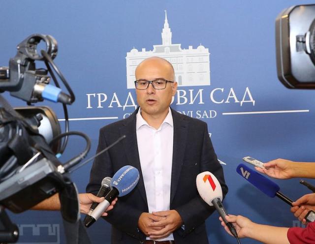 Gradonačelnik Miloš Vučević, posle satanka sa stanarima iz Dositejeve 11 Foto: novisad.rs