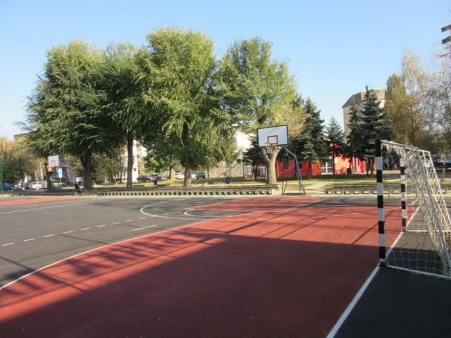 "Sportski teren u stambenom bloku ""Partizan"" u centru Bačke Palanke Foto:Dnevnik.rs"