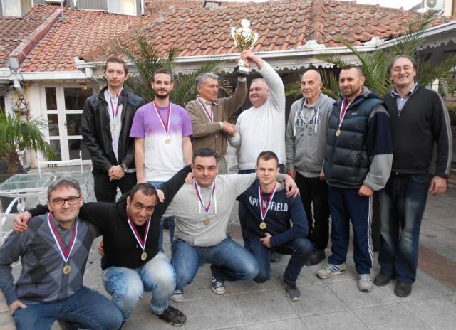 Pobednička ekipa Naftagasa sa predsednikom ŠSV, sudijom i organizatorima Foto: privatna arhiva