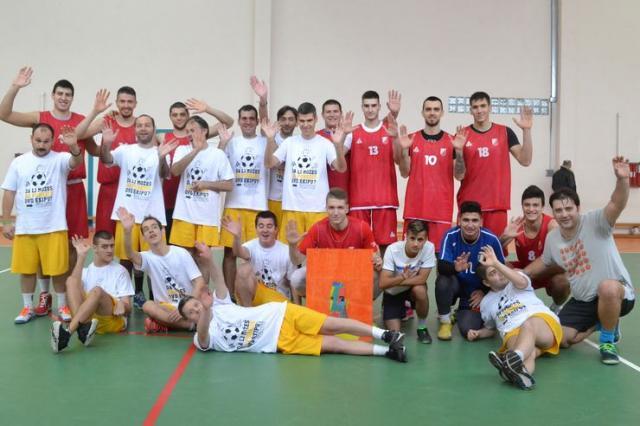 """Košarkaši Vojvodine igrali su fudbal sa učenicima Škole """"Milan Petrović"""" Foto: Dnevnik.rs"""