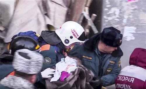 Beba izvučena živa iz ruševina u Magnitorsku  Foto: Russian Ministry for Emergency Situations photo via AP)
